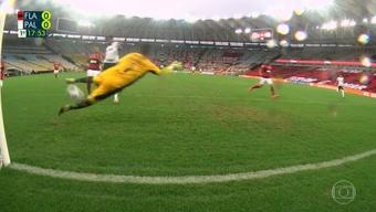 Defesaça de Diego Alves para manter o placar zerado no Maracanã. Captura TVGlobo