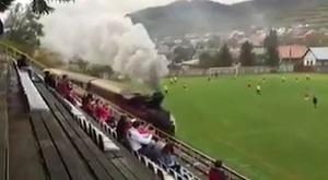 Instantánea del tren pasando por el campo del TJ Tatran Čierny Balog durante un partido. Youtube