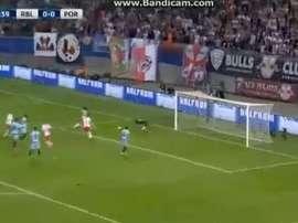 Instante en el que José Sa falla y Orban adelanta al RB Leipzig. Twitter