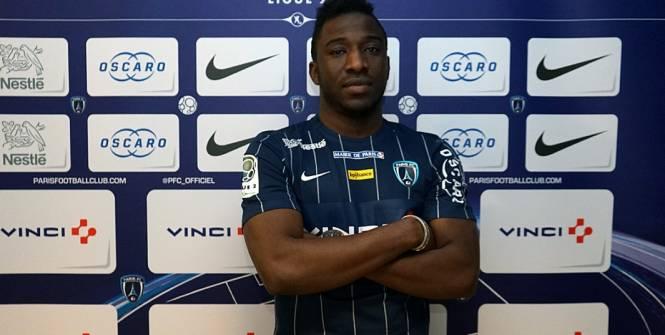 Ismäel Keita posa con la camiseta del París FC. Twitter