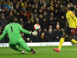 Ismaila Sarr supera Alisson em um dos três gols do Watford. Twitter/WatfordFC