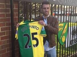 Ivo Pinto, durante su presentación con el Norwich. Twitter