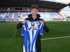 Jack Hendry posa con la camiseta del Wigan Athletic. Wigan