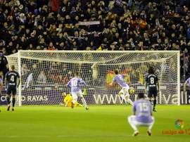 Jaime Mata transforma ante Jorge Palatsí el penalti del 3-2. LaLiga