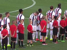 El jugador del West Bromwich Albion en el momento del himno. Twitter