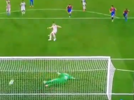 James Milner scored a penalty for Liverpool against Crystal Palace. Captura