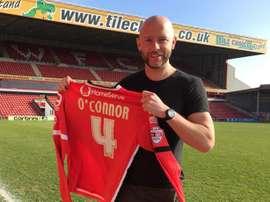 James O'Connor posa con su camiseta tras renovar con el Walsall por una temporada más. Saddlers