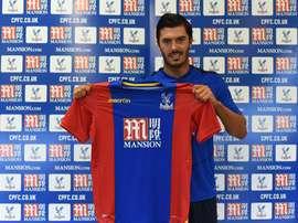 James Tomkins, posando con la camiseta del Crystal Palace. CPFC