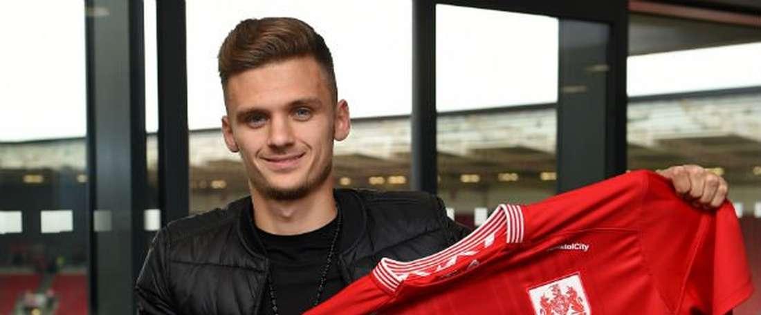Jamie Paterson posa con la camiseta del Bristol City. BCFC