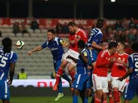 Jardel cabecea al fondo de las redes el gol de la victoria del Benfica ante el Vianense. Twitter