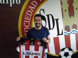 Javi Herreros posa con la camiseta de la SD Logroñés. SDLogroñés