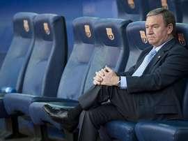 Javier Clemente, sentado en un banquillo del Camp Nou. Twitter