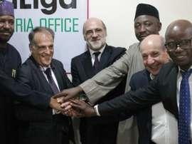 Javier Tebas, presidente de la LFP, Antonio Barnuevo, embajador de España en Nigeria, Antonio Barradas, Director de la oficina de la LFP en Sudáfrica, y Vicente Casado, Director general de Desarrollo Internacional, junto a los responsables del fútbol de Nigeria. LaLiga
