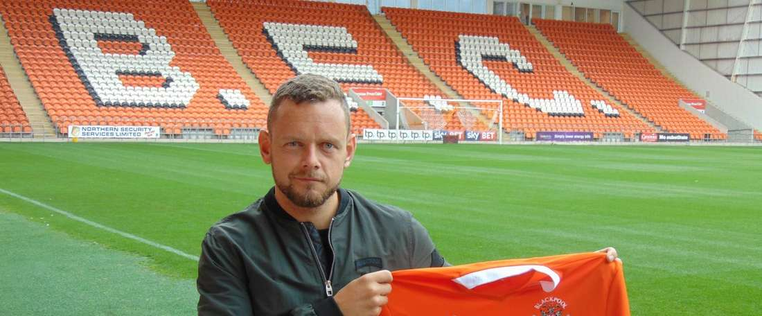 El británico defenderá la camiseta del Blackpool. BlackpoolFC