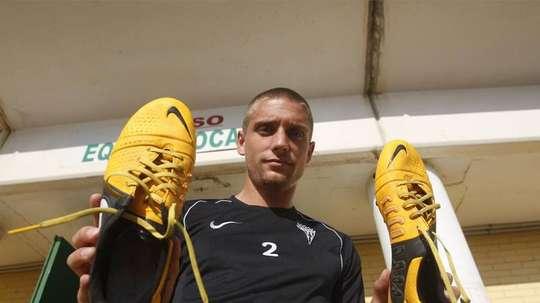 Jens Janse posing with shoes. CordobaFC