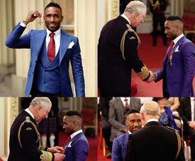 Jermaine Defoe recibió la insignia por parte del Príncipe Carlos. Instagram/Defoe