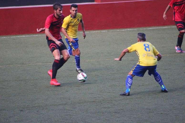 Joan Salva (i), ex delantero del Mensajero, en un partido con el club de La Palma. Twitter