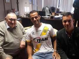 João Carlos posa con la camiseta del Lokeren. Twitter
