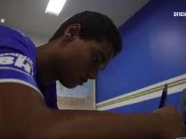 Joao Mendes firma il primo contratto. Captura/Cruzeiro