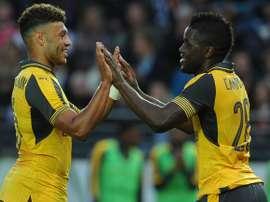 Campbell  y Oxlade-Chamberlain celebran uno de los goles logrados en el 0-8 ante el Viking. EFE/EPA