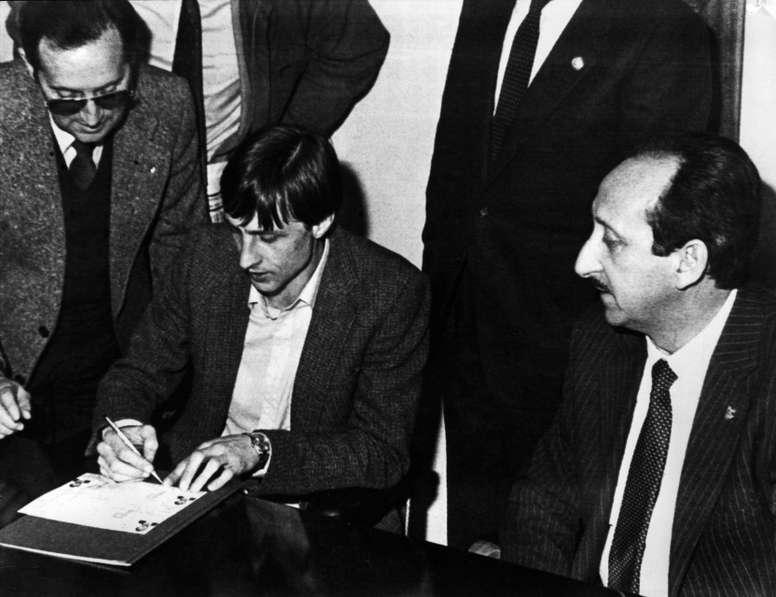 Paco Aznar, presidente en el Levante de la época, convenció a Cruyff de jugar en segunda. EFE