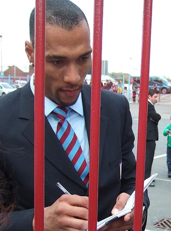 John Carew firma un autógrafo durante su etapa como jugador del Aston Villa. Suetonius (Flickr)