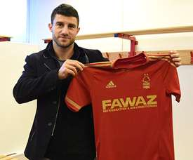 Jokic posa con la camiseta del Nottingham Forest. Twitter