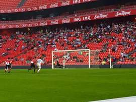 Jon Ander, del Bilbao Athletic, le para un penalti a Óscar Díaz, del Numancia. Twitter
