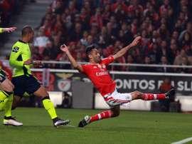 Jonas remata a puerta el que sería su gol, el segundo del Benfica de los cinco que anotó al Sporting de Braga. SLBenfica