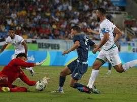 Jonathan Calleri trata de superar al guardameta argelino Chaal en el partido que enfrentó a los combinados olímpicos de Argentina y Argelia en la segunda jornada de los Juegos de Río. AFA