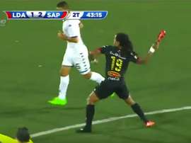 Jonathan Mcdonald, del Alajuelense, sancionado por lanzarle la bota a un contrario. Twitter