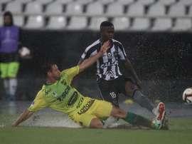 El estado del campo impidió el buen juego. Twitter/Botafogo
