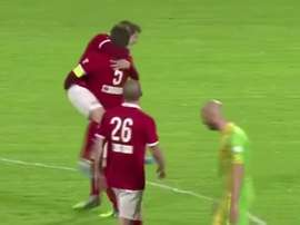Jordan Brondel fue felicitado por todo su equipo por el golazo que anotó. Anonymous Goals-Youtube