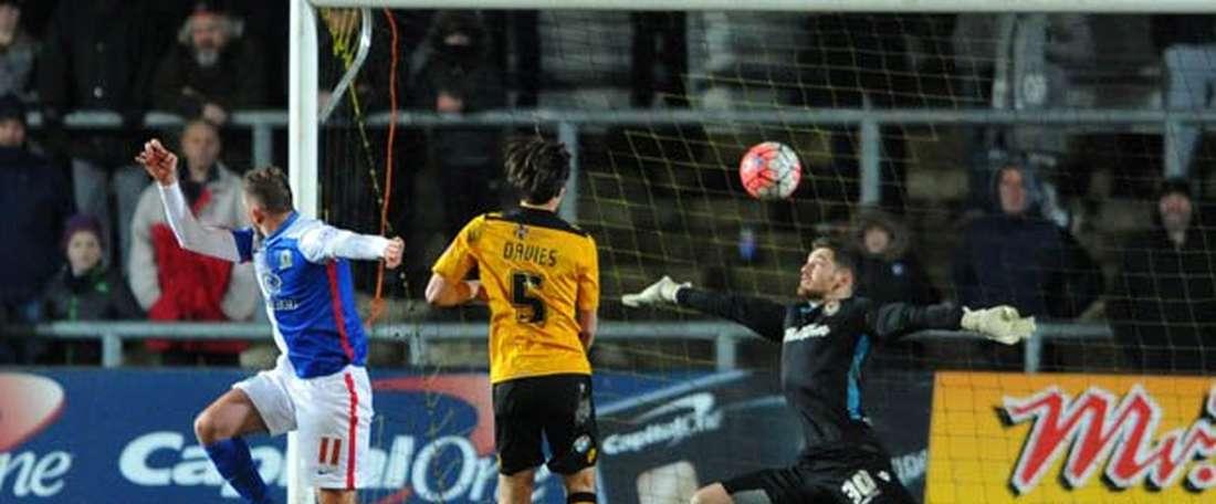 Jordan Rhodes cabecea al fondo de las redes el tanto ganador para el Blackburn Rovers ante el Newport County. Twitter