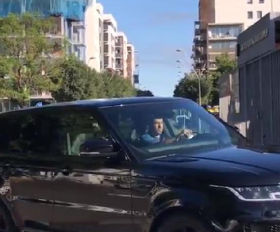 Jordi Alba agora tem carteira de motorista. Captura/Twitter/DavidIbanez5