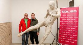 La escultura de Iniesta, casi acabada. Twitter/FundacionSoliss