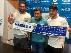 Cruz y Fernández fueron presentados por el presidente del Marbella. Twitter/marbella_fc