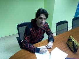 Jota Peleteiro, durante la firma de su contrato. Twitter