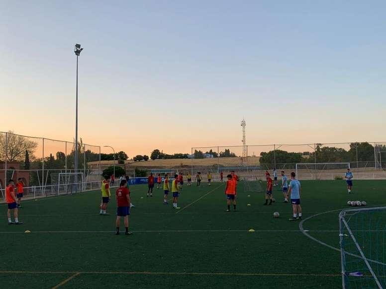 La Escuela del Atlético de Madrid renovó el convenio con el Ayuntamiento. Twitter/CDMostoles