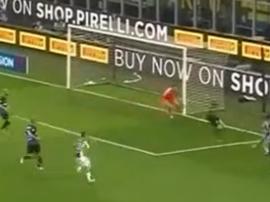 Cuadrado scored Juventus' second from an acute angle. Captura