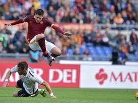 Juan Iturbe salta por encima de un contrario en el Roma-Atalanta. Twitter.