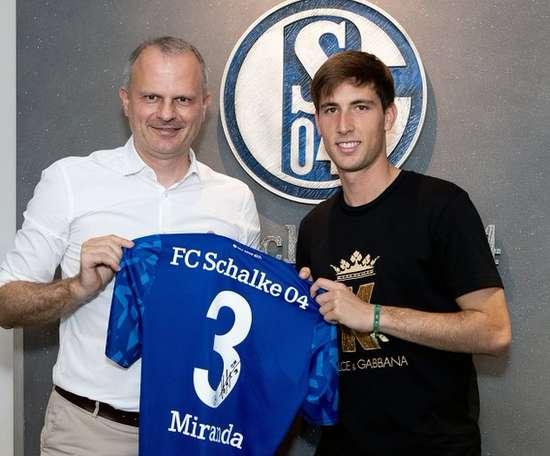 Officiel : Miranda prêté à Schalke 04. Twitter/S04_es