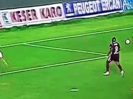 Simuló un penalti y la jugada siguió para acabar en gol. Twitter