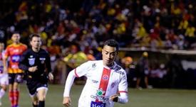 Un jugador del Santos conduce la pelota. Facebook/ADSantosOficial