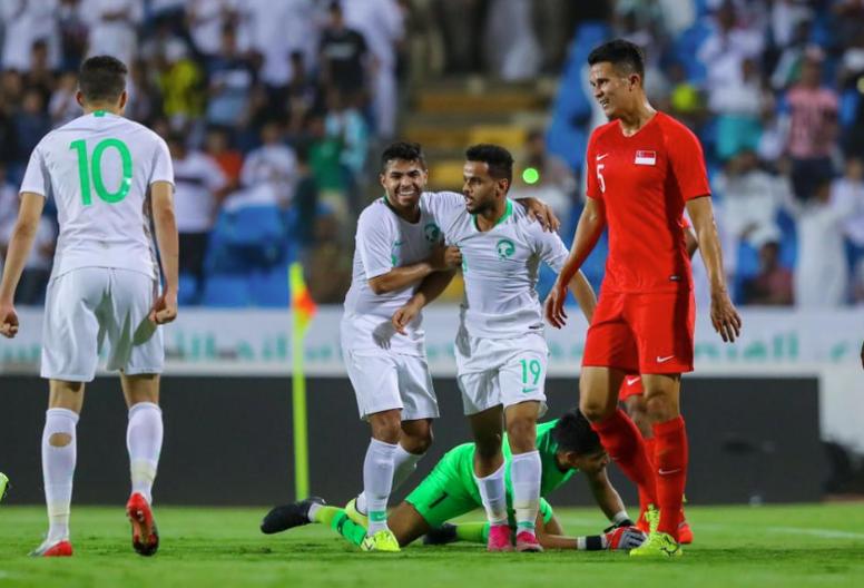 Jugadores de Arabia Saudí celebran un gol durante la victoria 3-0 a Singapur. Twitter/theafcdotcom