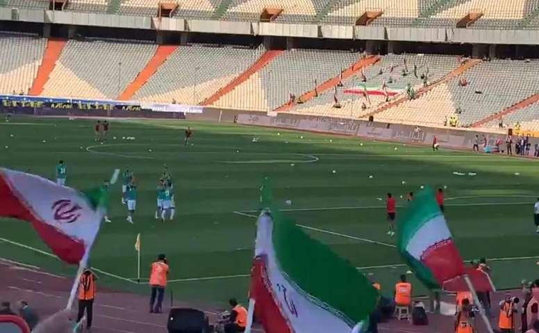 Iran welcomed women into the stadium for the first time. Captura/@naryampapi1
