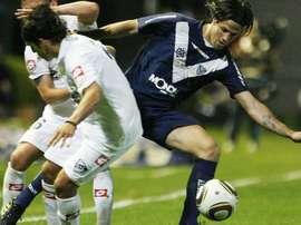 Jugadores de Quilmes y Racing de Avellaneda luchan por un balón dividido. EFE