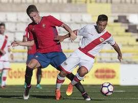 Jugadores de Rayo y Osasuna pelean por un balón en el amistoso de pretemporada que les enfrentó en Burgos. Osasuna