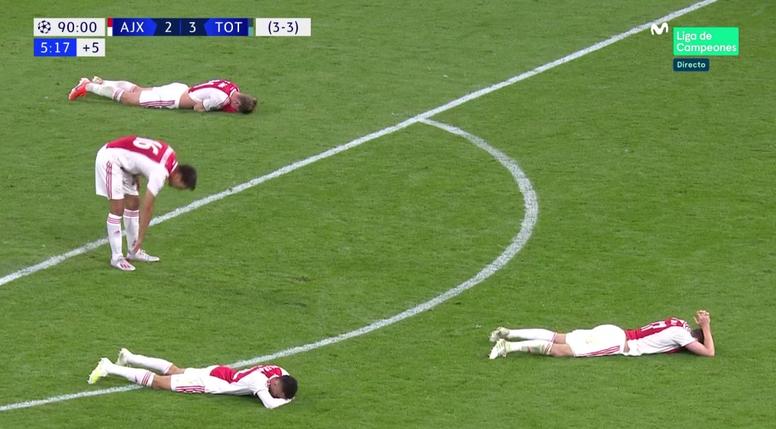 Os jogadores do Ajax desolados após o 3-2. Captura/Movistar