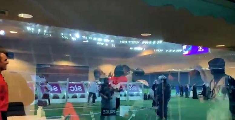 ¡El árbitro fue manteado por el equipo campeón después de la final! Captura/Twitter/enunabaldosa